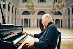 阿方納西耶夫 彈琴的手寫了39本書