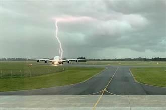 阿聯酋客機險遭雷擊 機場驚悚畫面曝光