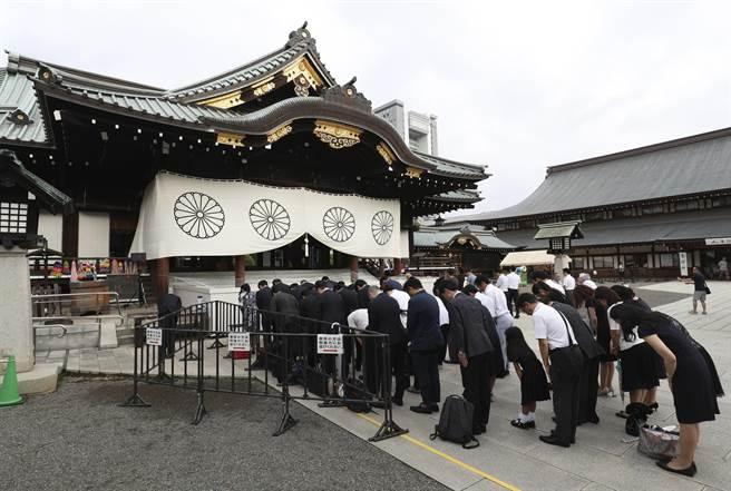 日本靖國神社遭大陸作家潑墨,日法院認為這項抗議行為是其憲法保障的表達自由,因此判處無罪。(圖/美聯社)