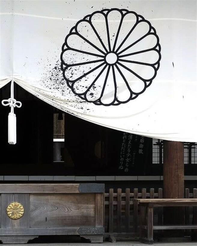 日本靖國神社布幕上遭大陸作家潑墨,表達對日本戰爭罪行與政府不向中國道歉的抗議。(圖/網路)
