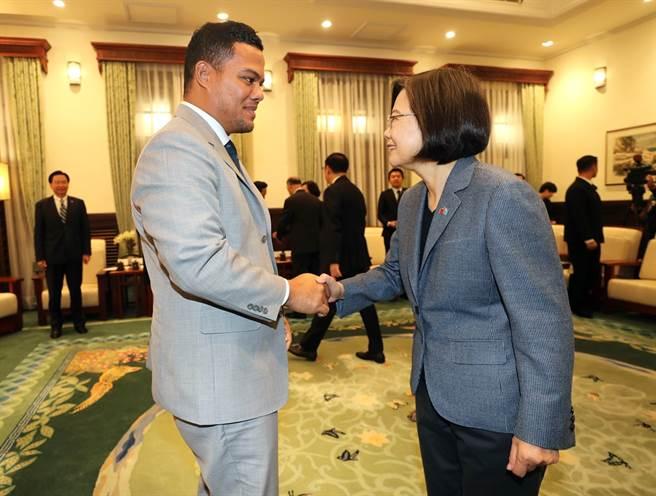 吐瓦魯外交部長柯飛16日起訪台,他21日接受路透社專訪,指出已拒絕大陸企業投資,並且團結台灣在太平洋的4個友邦,表達挺台立場。圖為20日蔡英文總統接見柯飛的畫面。(圖/中央社)