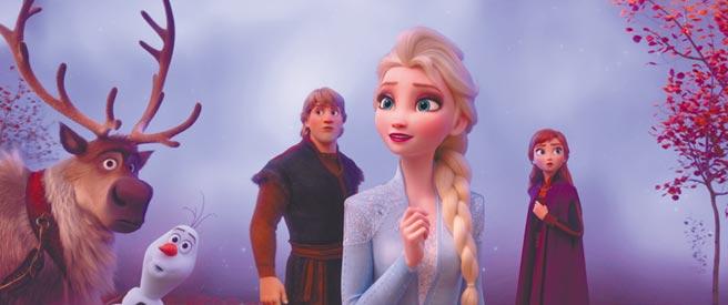 艾莎(右)的魔法從何而來?成為《冰雪奇緣2》的故事主軸。(迪士尼提供)