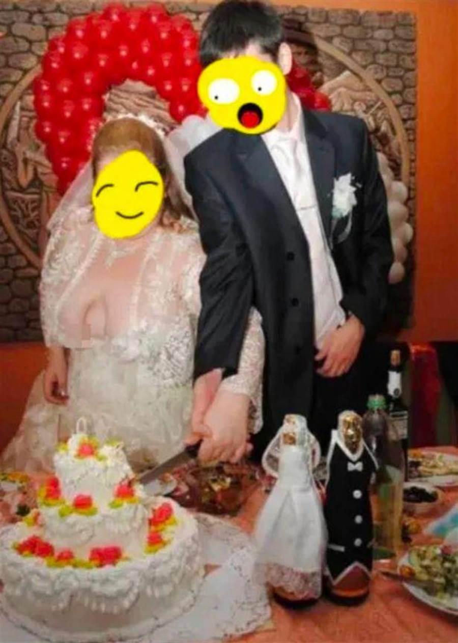 國外有一名新娘在大喜之日開心切蛋糕時,「八字奶」竟然從禮服中「溢出」(spilled out)見客,使的現場賓客頓時傻眼,而事後新娘也網路上表示自己當時的尷尬心境。(圖/取自Reddit)