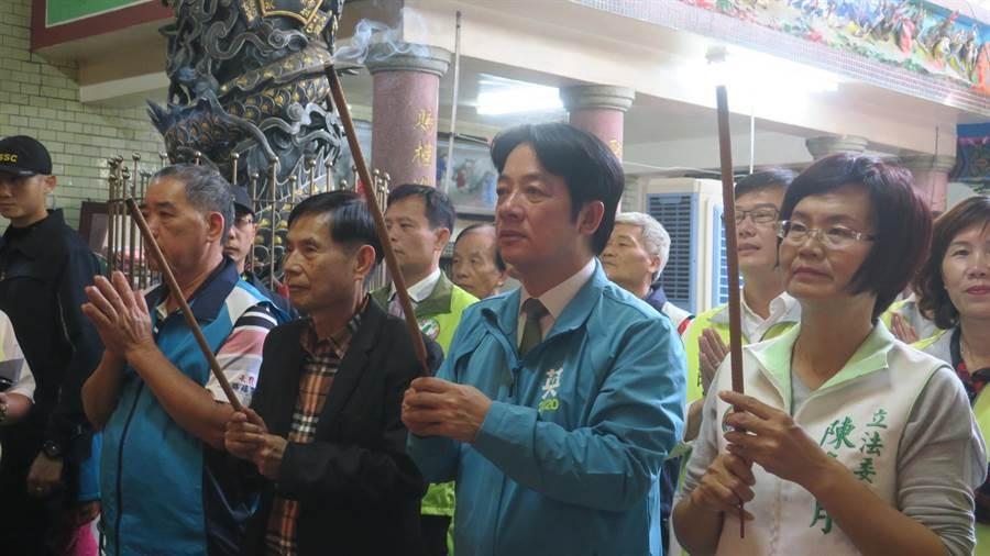賴清德(右2)初選時的壯大台灣車隊,就曾到大村賜福宮參拜,此次在登記參選副總統後二度到訪,與立委陳素月(右1)一同向池府王爺參香祈福。(謝瓊雲攝)