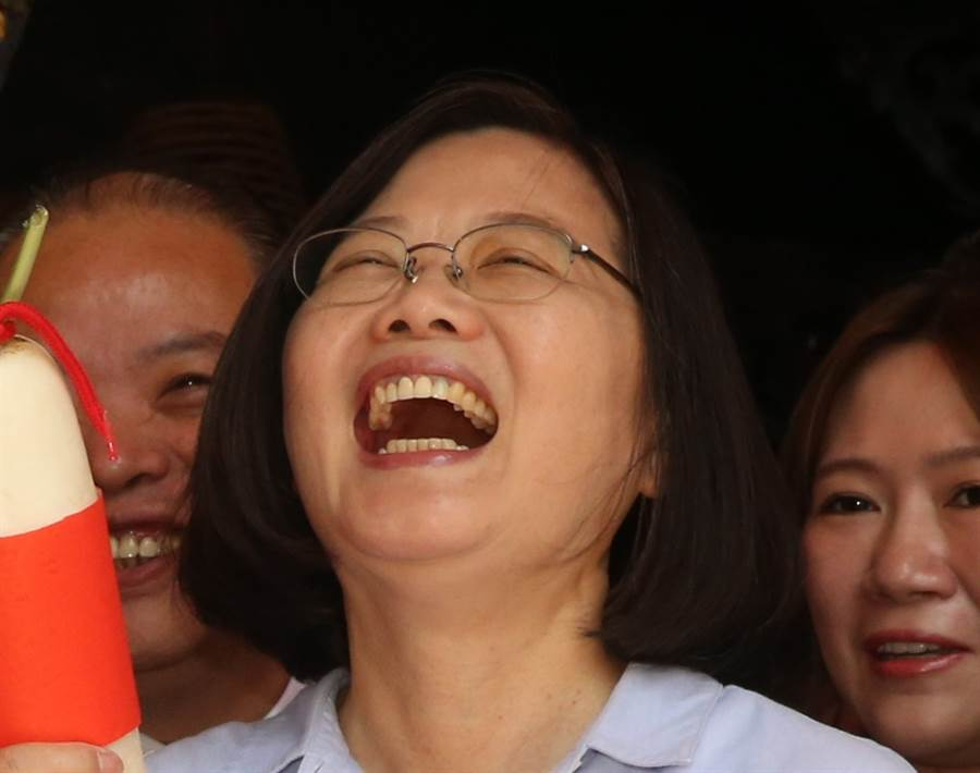 韓媒指出,在美中貿易戰、香港反送中與韓日矛盾等東亞紛爭不斷的情況下,台灣反而因這些糾紛坐收漁翁之利,不僅長期陷入低迷的經濟正逐漸復甦,加上香港反送中示威引爆的反陸情緒下,總統蔡英文的媒體民調也繼續領先。圖為蔡英文。(中時資料照)