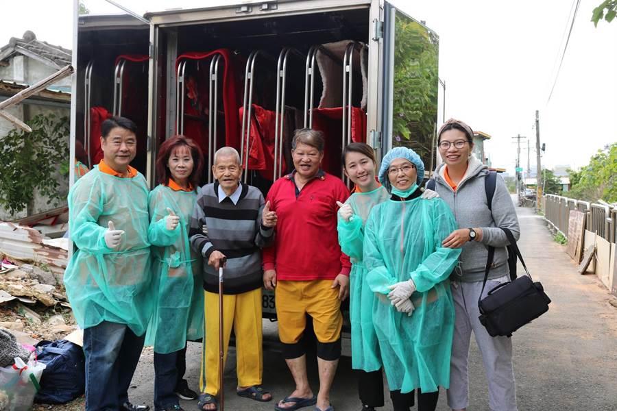 弘道志工出動乾燥車,協助獨居劉阿公(左三)烘乾、殺菌長年受潮的寢飾。(王文吉攝)