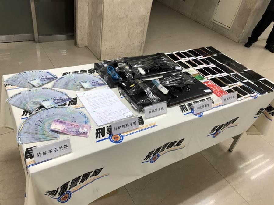 警方查獲詐欺工作機、犯罪所得61萬餘元、人頭卡、教戰守則等贓證物。(林郁平攝)