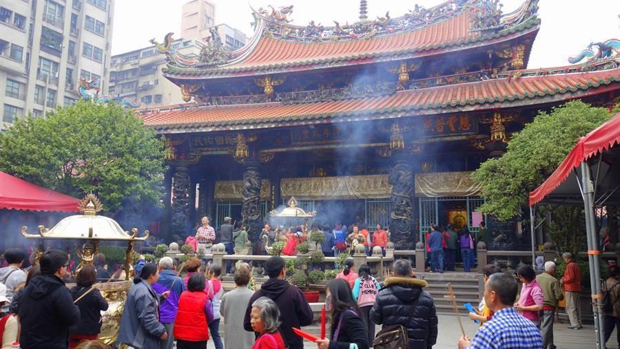 龍山寺響應環保,3月13日起停止供香。(中時資料照片)