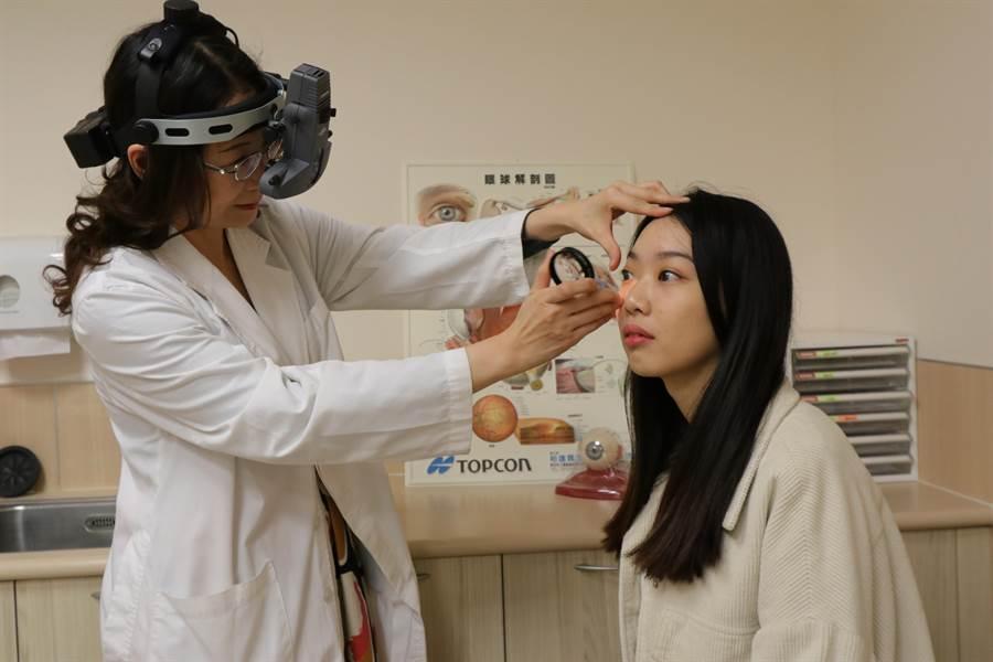 亞大醫院眼科醫學中心副主任林純如為患者(非當事人)檢查眼底情況。(林欣儀攝)