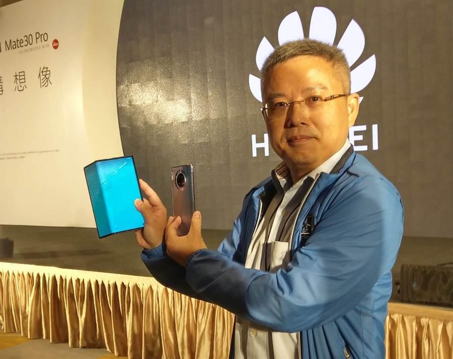 華為技術台灣總代理訊崴技術總經理 雍海手持Mate X以及Mate 30 Pro。(黃慧雯攝)