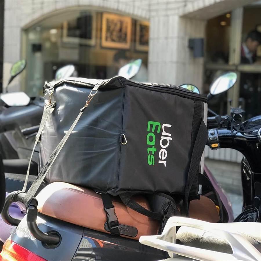 (家樂福繼攜手foodpanda後,再攜手Uber Eats推出店舖商品外送服務,雙方合作首家店位於板橋。圖/劉馥瑜)