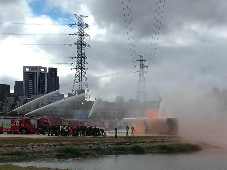 現場模擬機身斷裂起火,場面逼真。(新北市交通局提供/吳亮賢新北傳真)