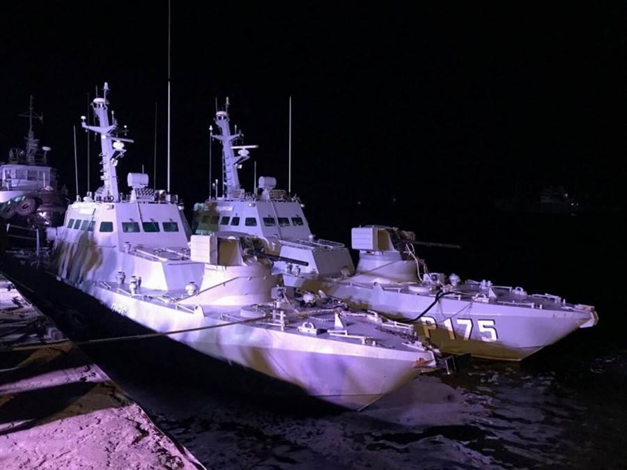 烏克蘭2018年11月在克赤海峽遭俄軍擄獲的3艘艦船20日已返國,停在奧查基夫(Ochakiv)港內,不過據稱它們慘遭俄軍蹂躪,裡面能拆的東西乙全拆光。(路透)