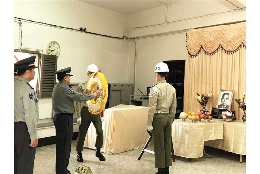 後備指揮部指揮官姜振中今日前往臺南市祭悼卞立乾。(青年日報提供)