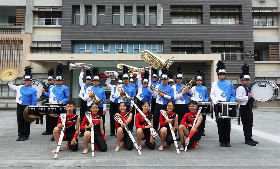 嘉義市南興國中管樂旗隊蓄勢待發,將在國際管樂節大展英姿。(廖素慧攝)