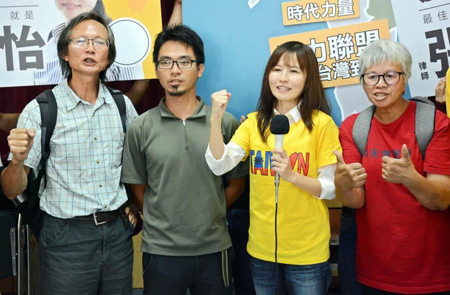 在屏東環保人士陪同下,律師張怡(右二)以無黨籍身分登記參選屏東立委第二選區。(林和生攝)