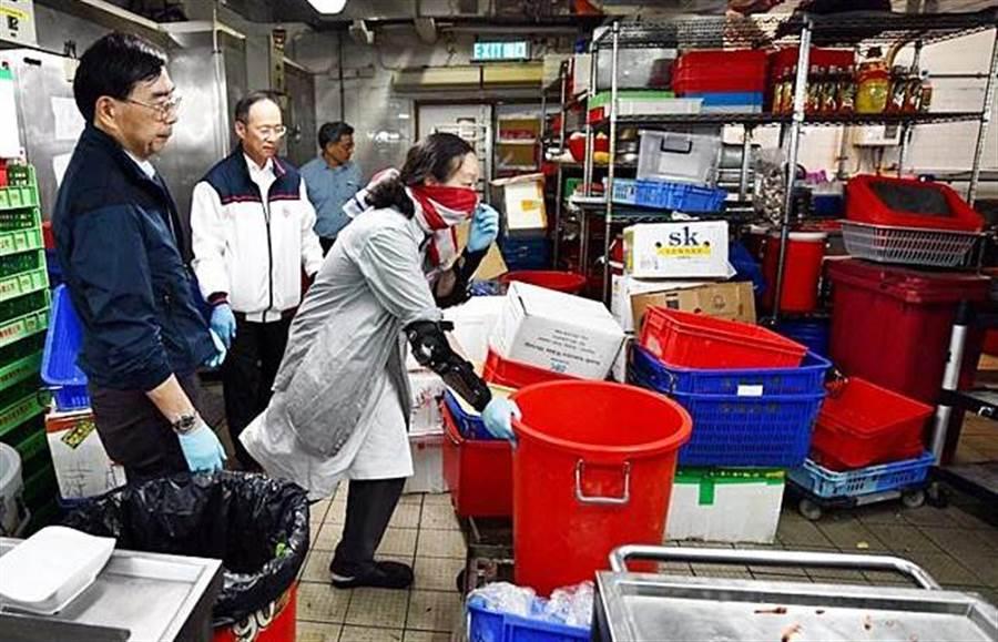 香港理大副校長衛炳江、楊立衛應留守者要求,戴上手套口罩,親自打掃餐廳廚房。(圖/星島網)