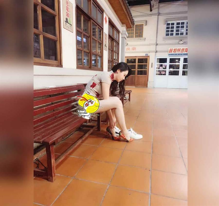 旗袍妹彎腰穿鞋 長腿露到屁股蛋(圖/摘自《加藤軍路邊隨手拍》臉書)
