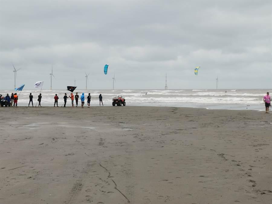 「Red Bull 紅牛」國際風箏衝浪賽「空中王者」挑戰賽的亞洲區資格賽,21日上午在竹南假日之森海濱舉行。〔謝明俊攝〕