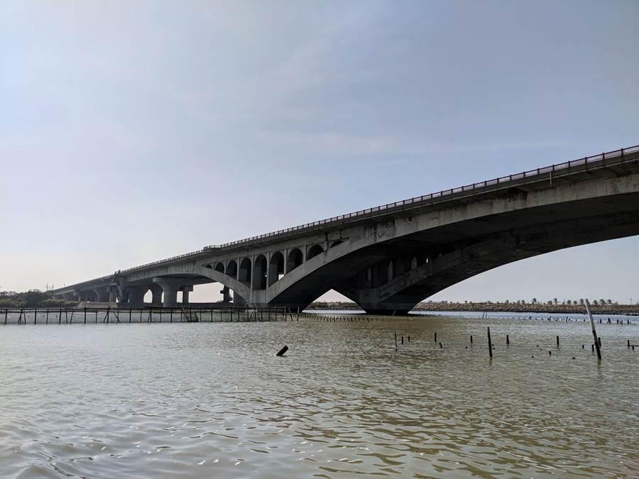 七股溪橋施工難度高,橋下就是採蚵船跟觀光膠筏的航道。(莊曜聰攝)
