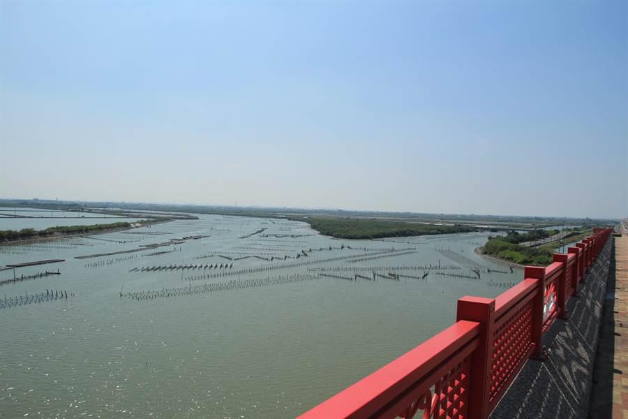 七股溪橋可鳥瞰潟湖美景。(莊曜聰攝)