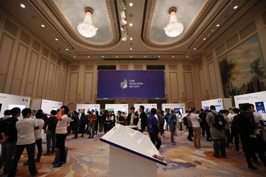 今年近30位來自台灣的開發工程師上台簡報,並透過實作工作坊大方分享專業領域知識。(LINE提供/黃慧雯台北傳真)