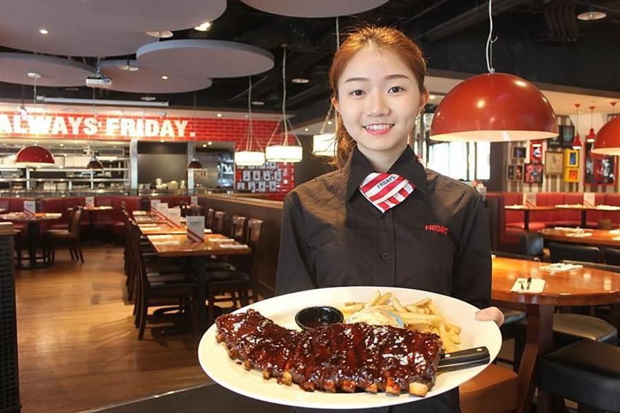 搶跨年餐飲商機,TGI FRIDAYS信義、松高及美麗華餐廳祭出「炭烤豬肋排買一送一」優惠。圖/北軒餐飲