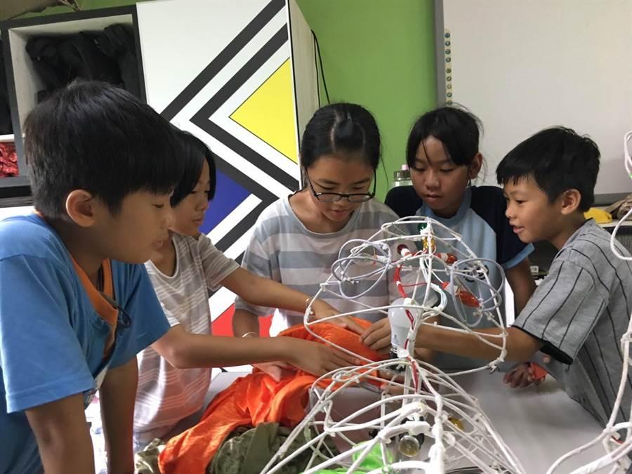 各級學校透過教學,薪火相傳將花燈傳統文化教導給孩子,實踐藝術與生活結合的理念。