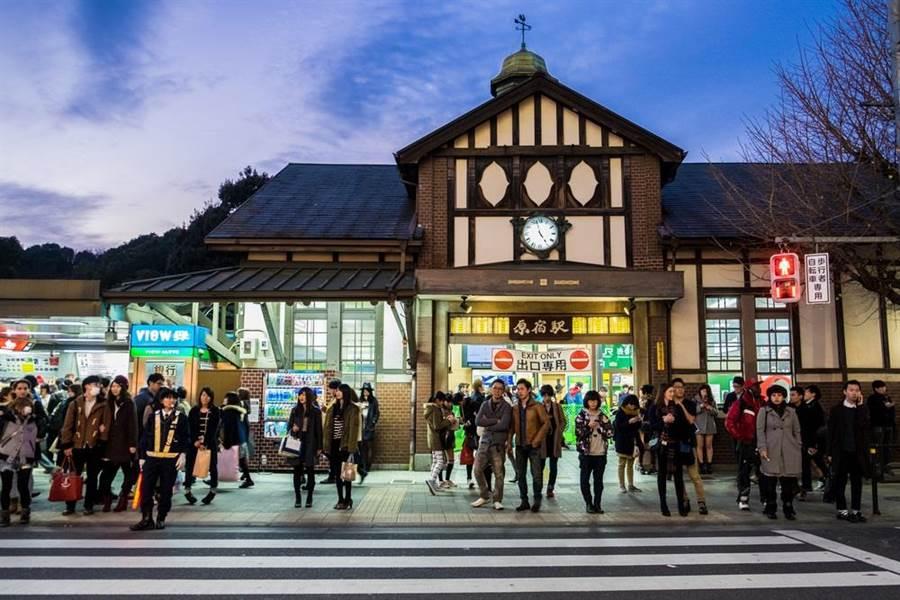 原宿車站隸屬於JR東日本山手線,1924年以木造結構竣工,是東京都內現存最古老站舍。(達志影像/shutterstock)