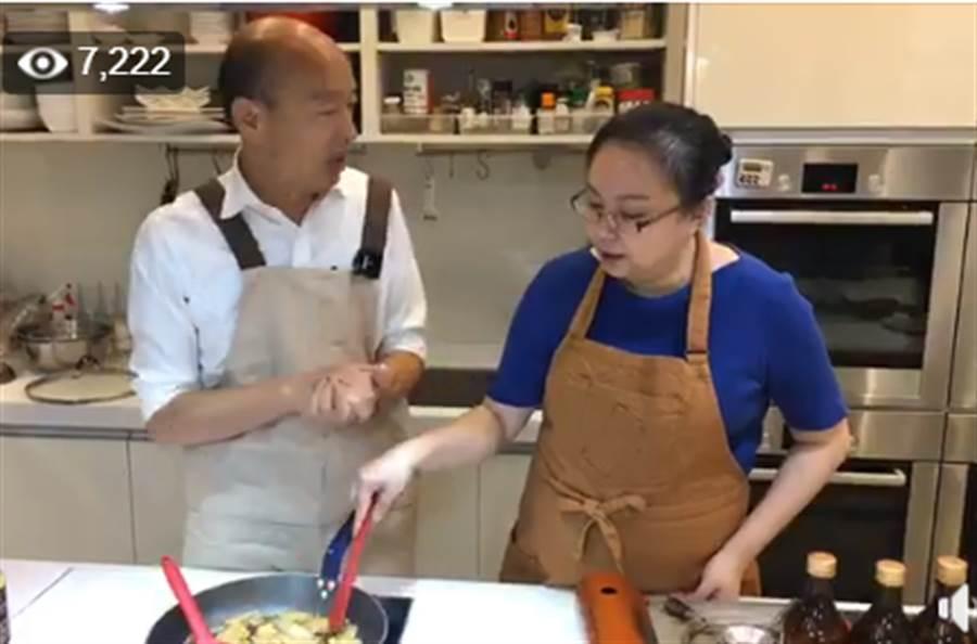 韓國瑜在臉書直播示範與客家媳婦阿華媽媽示範客家料理。(取自韓國瑜臉書直播)