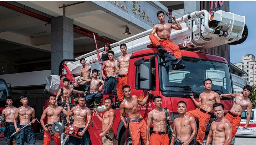 新竹消防猛男小鮮肉大肌肌,拚出高顏值,讓許多人臉紅心跳。(新竹縣消防局提供/吳家詮傳真)