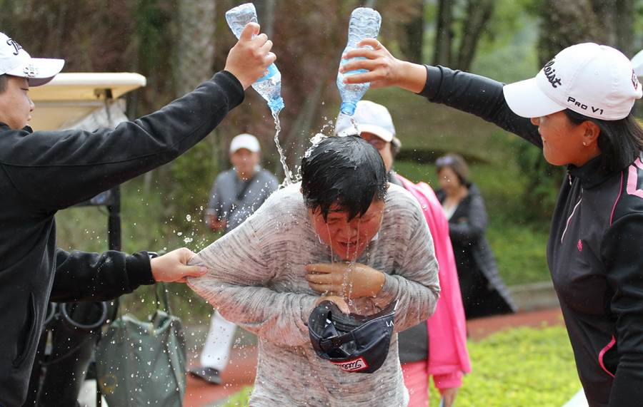 石澄璇贏得職業生涯首冠,被好友們灑水洗禮慶祝。(大會提供/陳筱琳傳真)