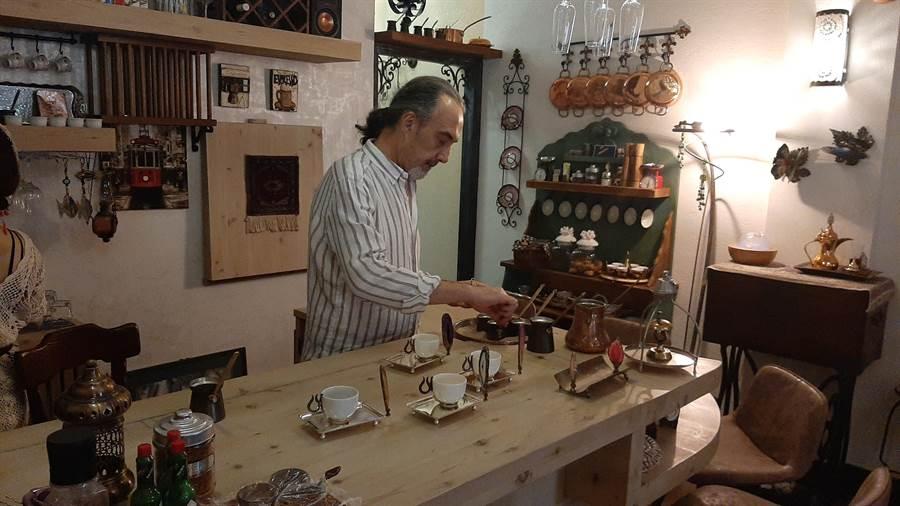 邱吉邇精心調製土耳其經典熱沙咖啡。(移民署南區事務大隊提供/劉秀芬台南傳真)