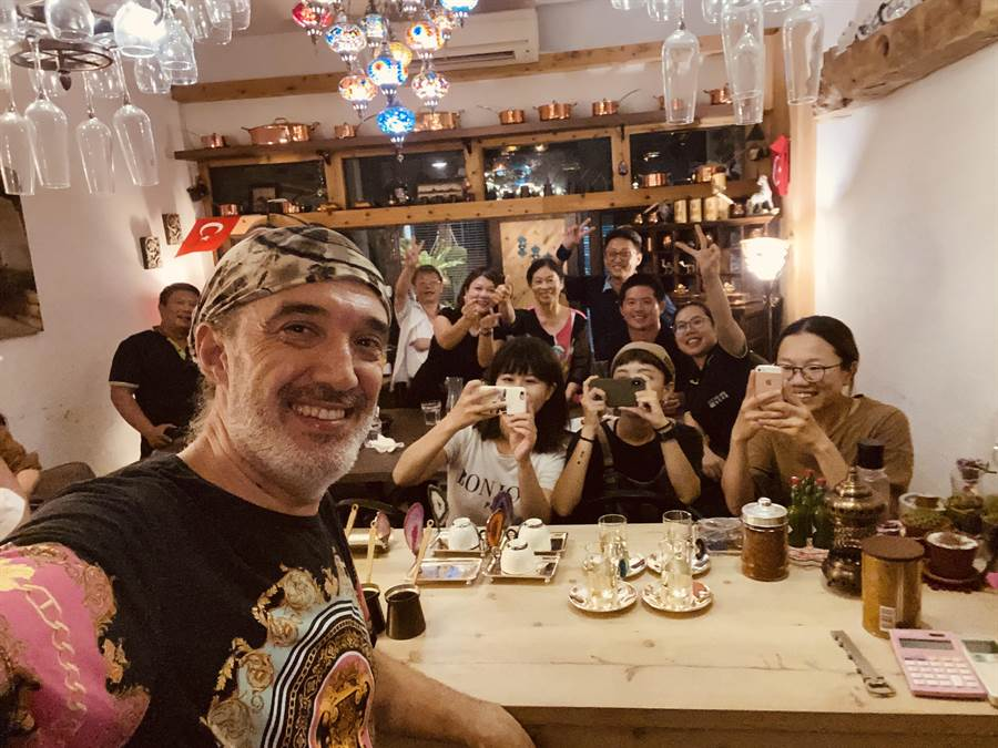 邱吉邇於台南市新營區開設「Ayşe愛分享土耳其餐酒館」,無菜單異國料理備受饕客喜愛。(移民署南區事務大隊提供/劉秀芬台南傳真)