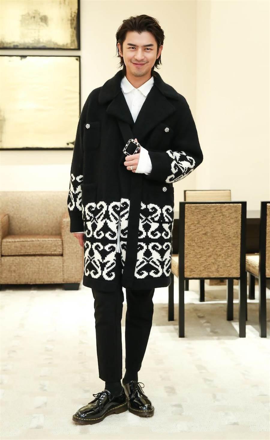 陳柏霖將女裝大衣穿出不同感覺的帥氣。(陳俊吉攝)