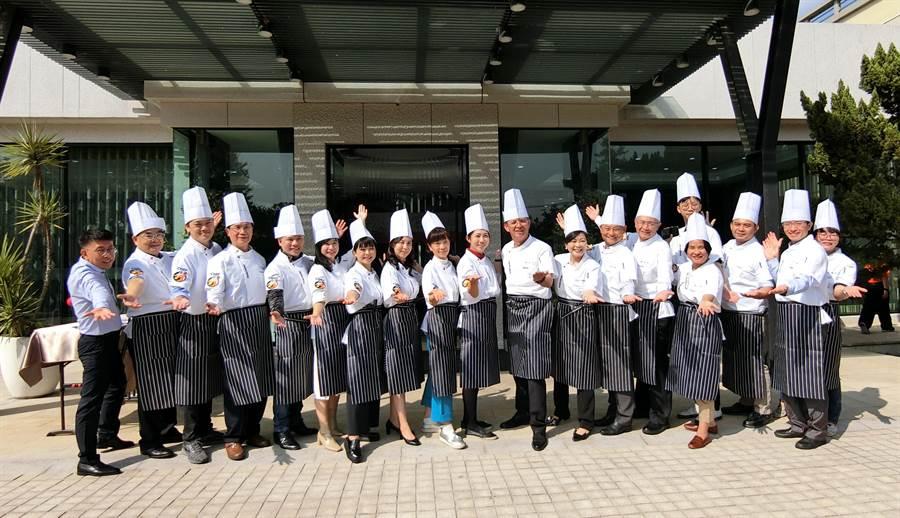 今年規畫「愛的圍爐」,平時縱橫商場的大老闆,將化身為五星級大廚師親自上菜。(盧金足攝)
