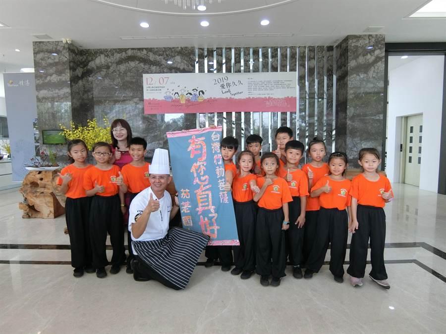 獲台灣行動菩薩助學協會助學的孩子,以手指印出滿滿的感謝心意。(盧金足攝)