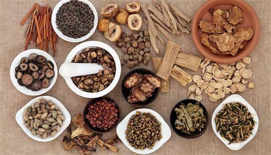 冬令進補常見的十全大補湯、羊肉爐、肉骨茶四物湯等,經常使用到人參、當歸藥材。(圖片來源:林后駿)