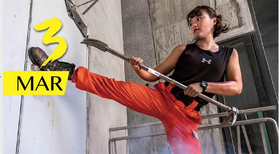3月份主角是新竹「消防之花」女隊員,長相秀麗,但是她絕非「花瓶」,手拿劈刀衝入火場,毫不含糊,沒有再怕的。(新竹縣消防局提供/吳家詮傳真)