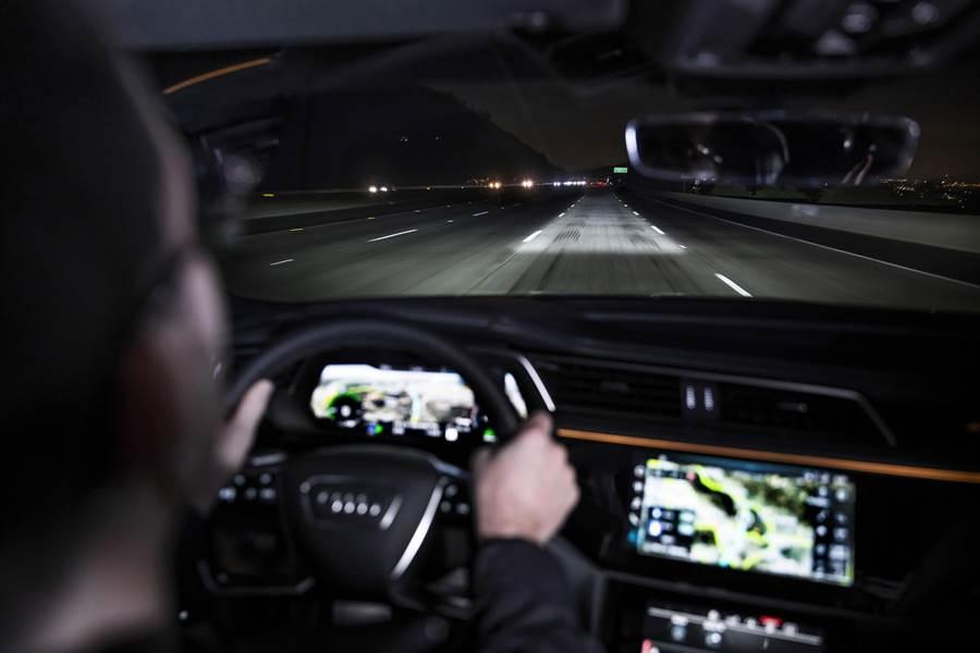 數位矩陣LED頭燈科技可精準控制燈光投影的照明範圍。(Audi提供)