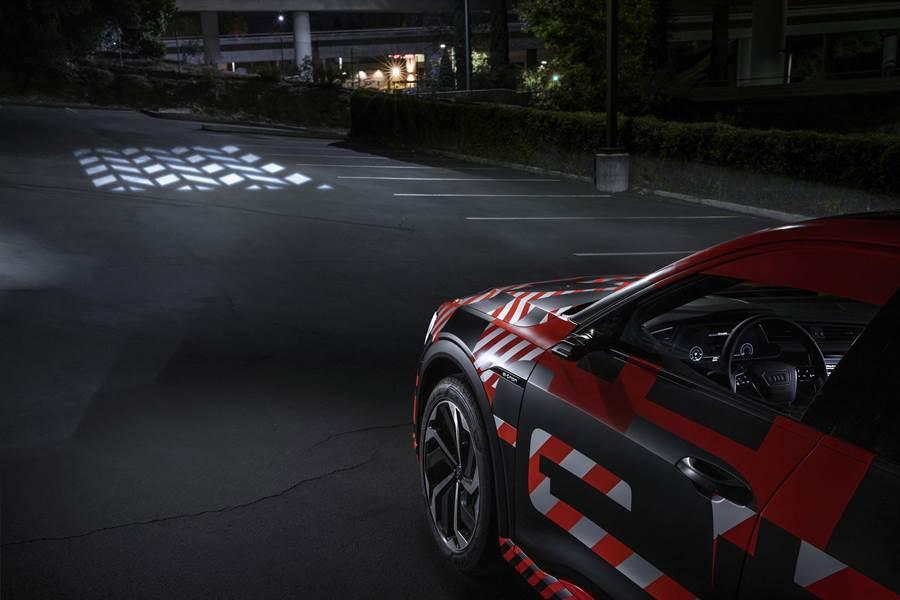 Audi獨步全球車壇的燈光科技,不僅可在車前地面或牆壁投影出動態迎賓或返家動畫畫面。(Audi提供)