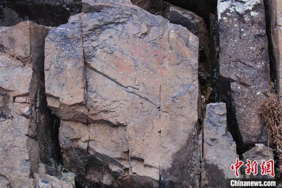 「中國最冷小鎮」新發現的3幅岩畫,屬新石器時代早期。(中新網)