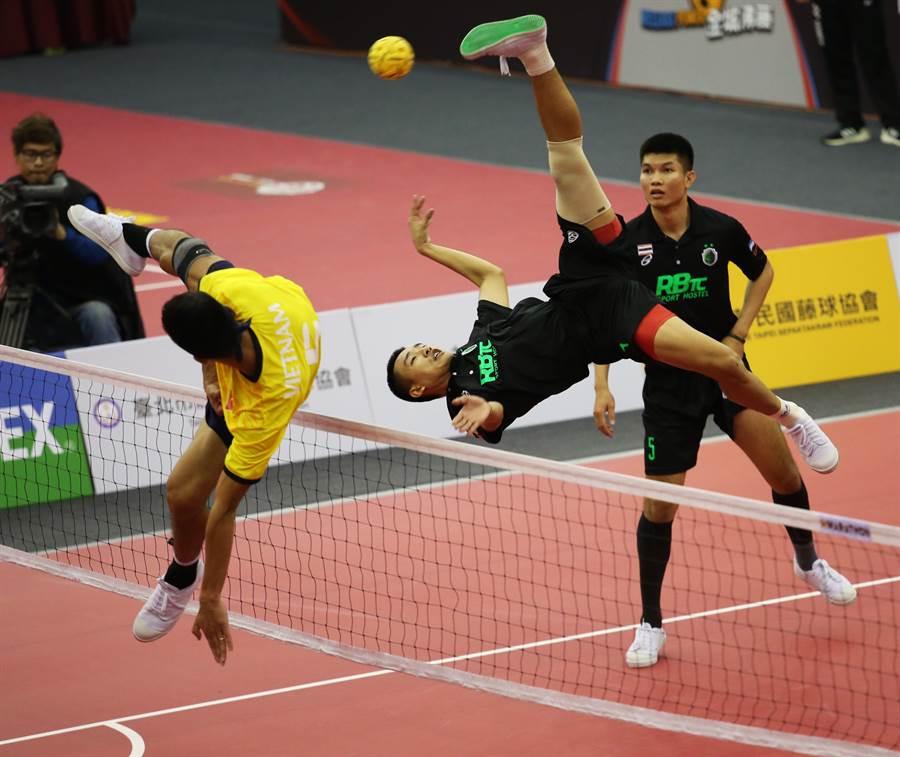 泰國選手強勁殺球,最終在首屆台灣國際籐球邀請賽包辦二人賽、三人賽雙冠,傲視群雄。(藤球協會提供/陳筱琳傳真)