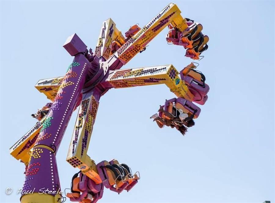 JETS嘉年華刺激的驚濤駭浪遊樂設施。圖/港務公司
