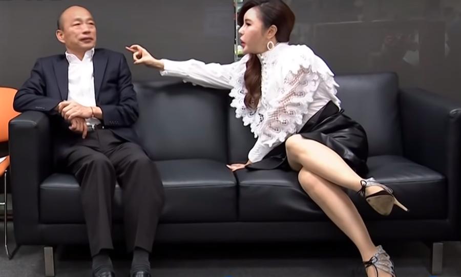 直擊幕後!利菁一個舉動拍韓國瑜…讓人融化了。(圖/摘自中天新聞)