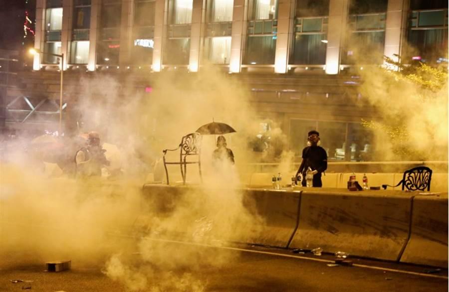南韓外交部發言人金仁澈21日在例行記者會上就挺港大字報引發的韓中大學生衝突一事表示,學生應在南韓法律允許的範圍內就此表達意見。圖為香港反送中示威。(路透)