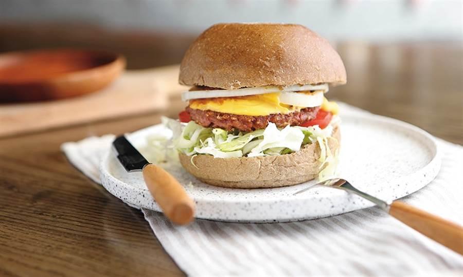 色澤和口感都貼近真肉,未來漢堡肉是素食者的新選擇。(圖片來源:陳弘璋)
