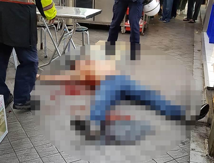 萬華廣州街酒客打架,1人被酒瓶刺傷倒在血泊中。(讀者提供/吳家詮傳真)