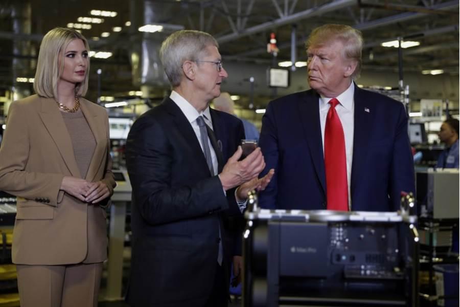 蘋果執行長庫克(中)20日親自帶領川普總統參訪Mac Pro工廠。左為第一千金伊凡卡。(美聯社)