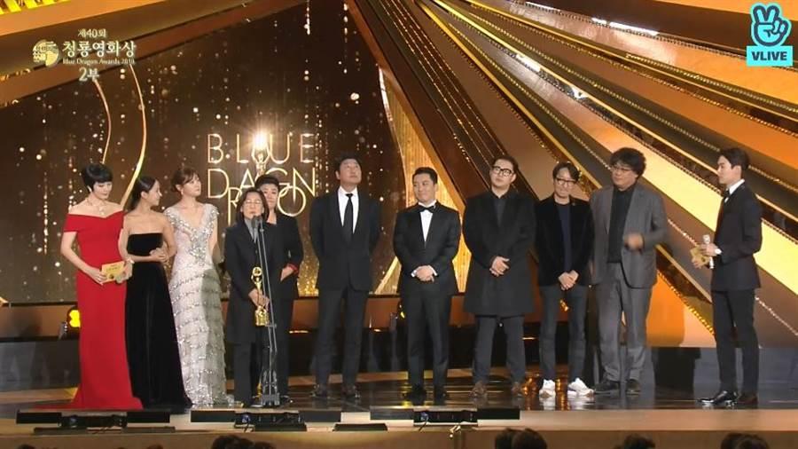 《寄生上流》奪最佳作品,全體成員一起上台拿獎。(圖/翻攝自VLIVE)
